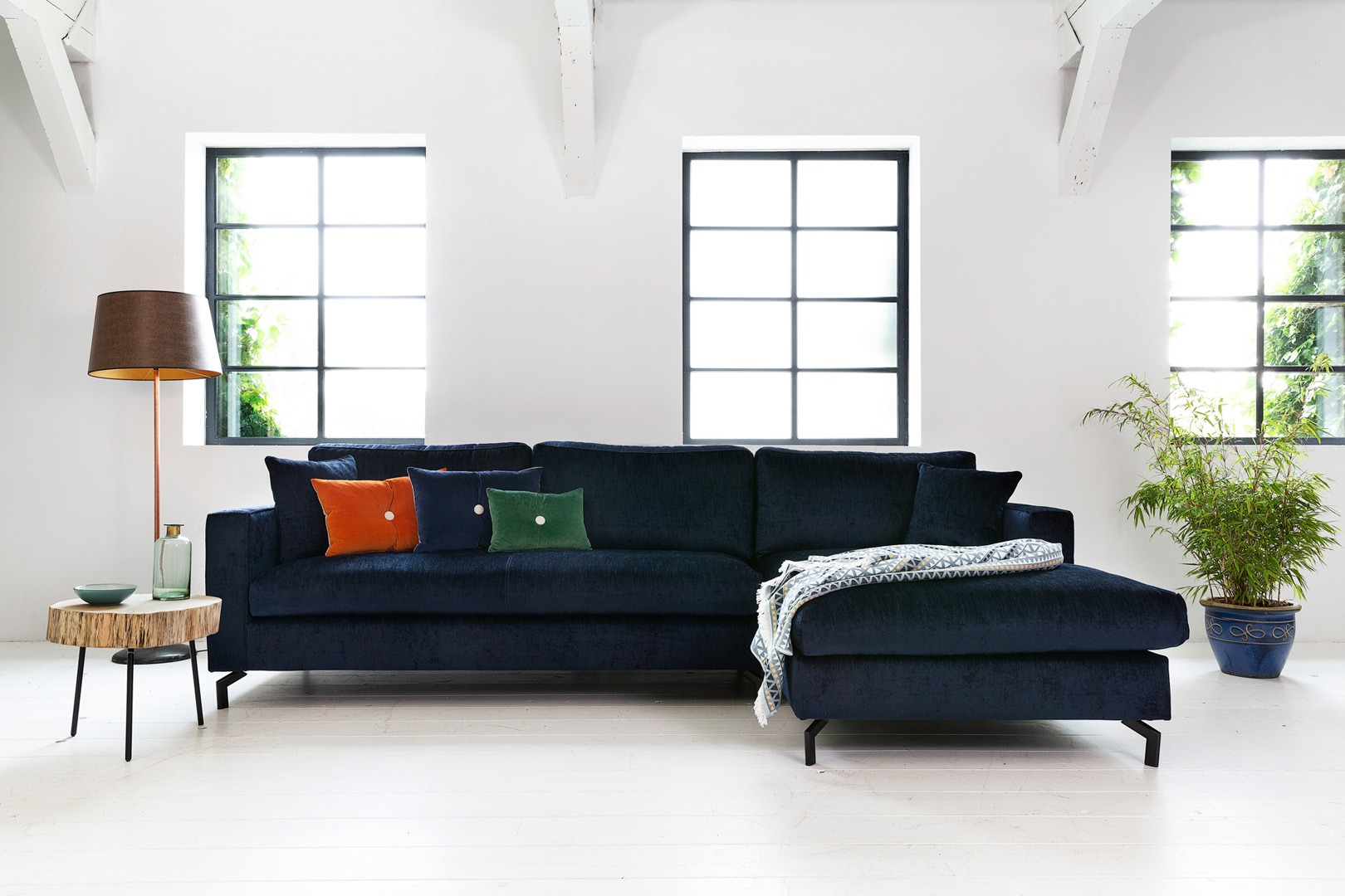Romantic-paris-hoekbank-met-ottoman-blauw-stof-soofs-interieur-