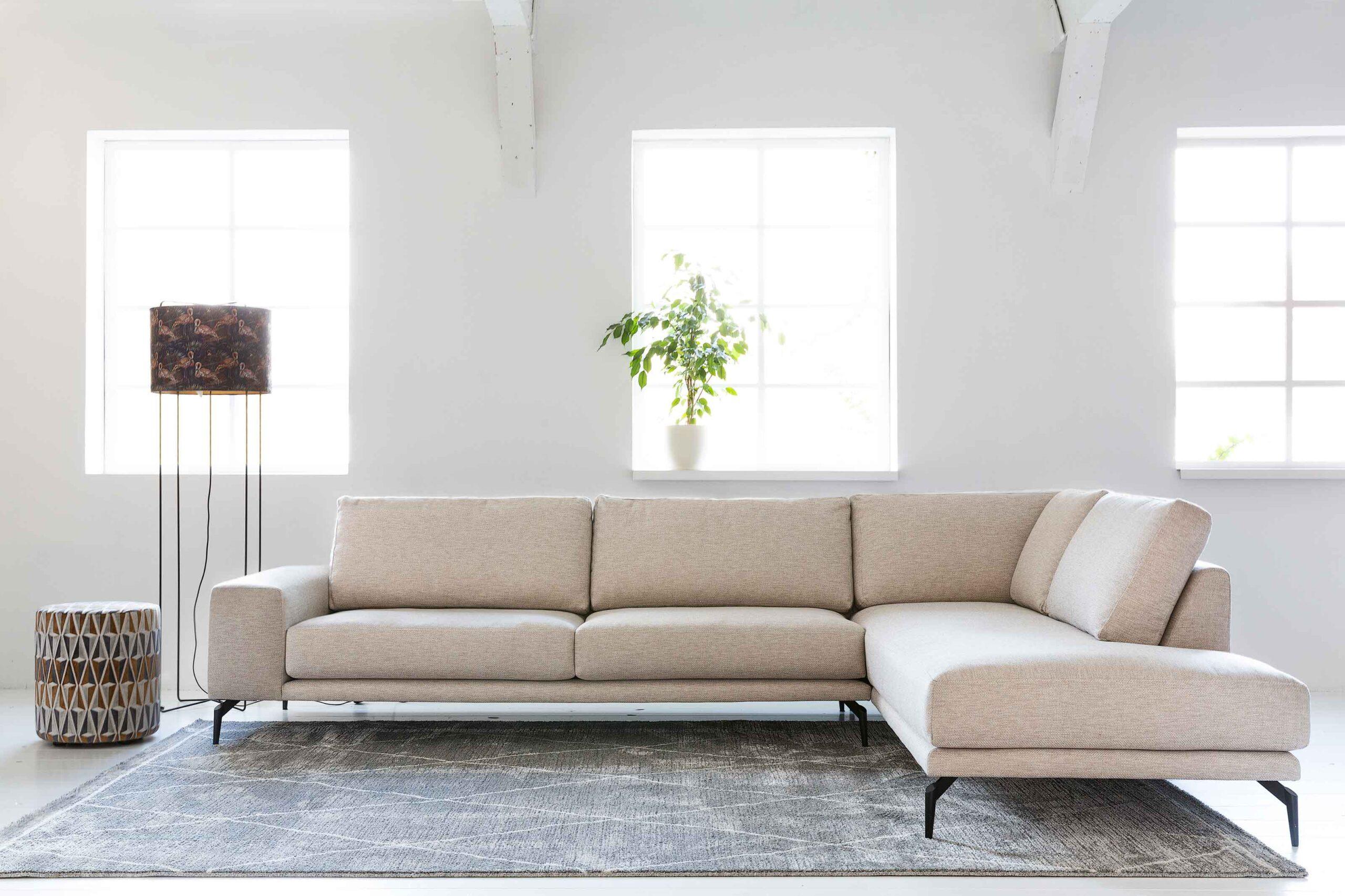 bella-milano-hoekbank-op-hoge-poten-grove-witte-sof-soofs-interieur