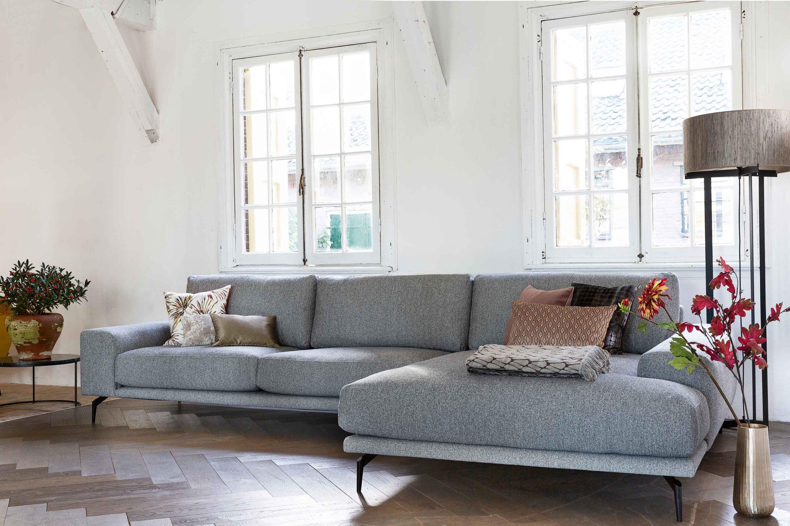 bella-milano-moderne-hoekbank-op-hoge-poten-soofs-interieur