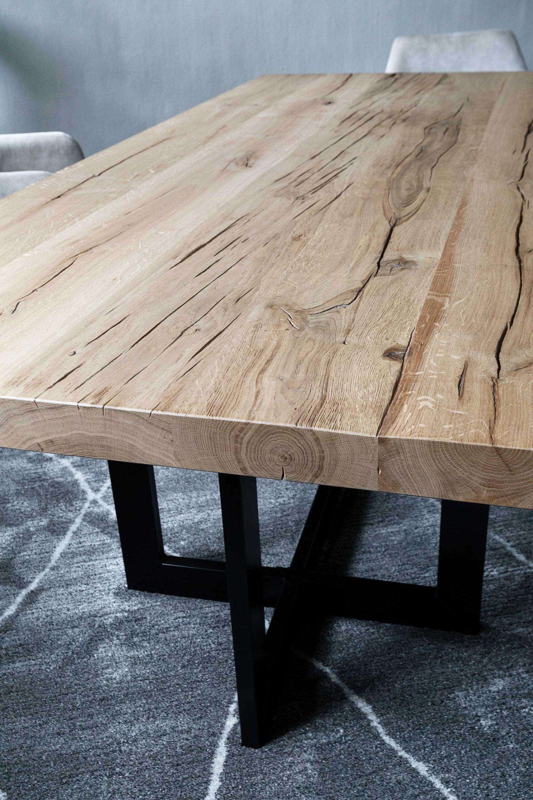 cape-town-tafelberg-eienhouten-eettafel-met-dik-massief-rustiek-eikenhout-op-design-zwart-staal-onderstel-soofs-interieur