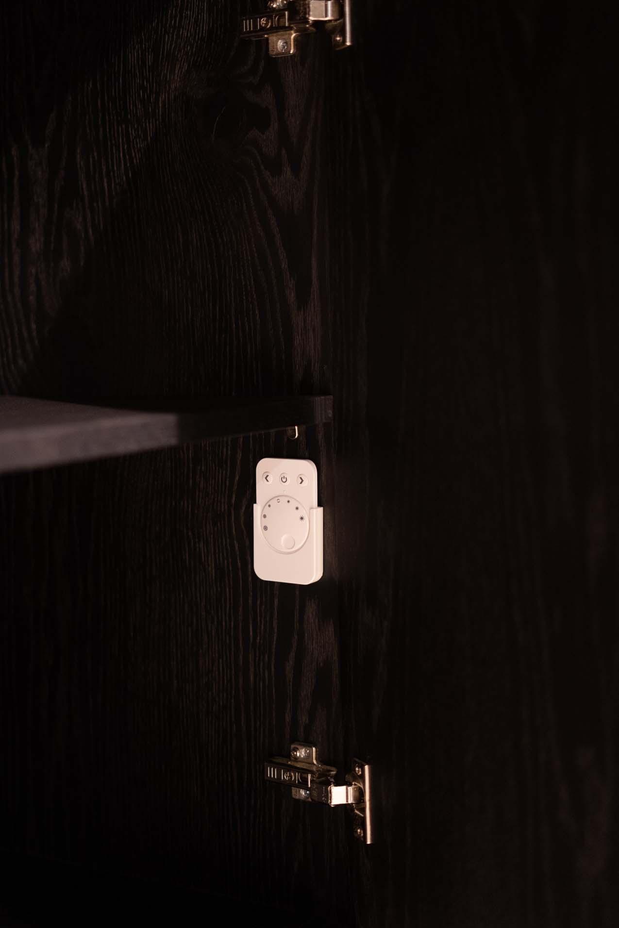 Soof_s TV -_ Wandmeubelen detailfoto afstandbediening voor let verlichting